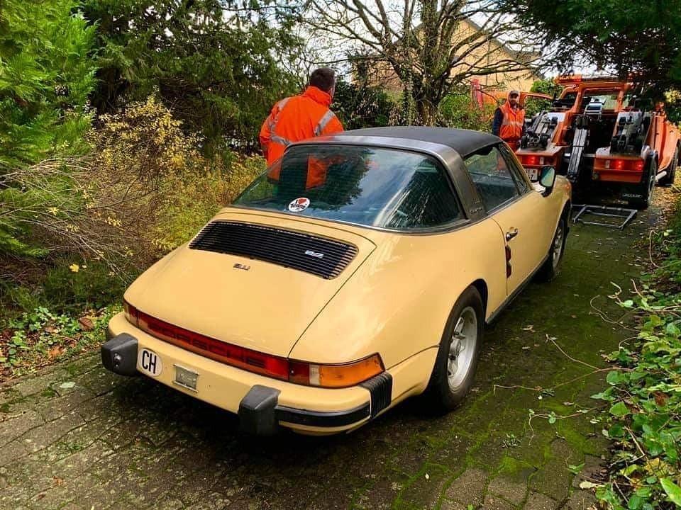 Chiếc Porsche 911 Targa 1974 đã bị bỏ rơi nhiều năm tại đâu đó quanh Geneva, Thụy Sĩ