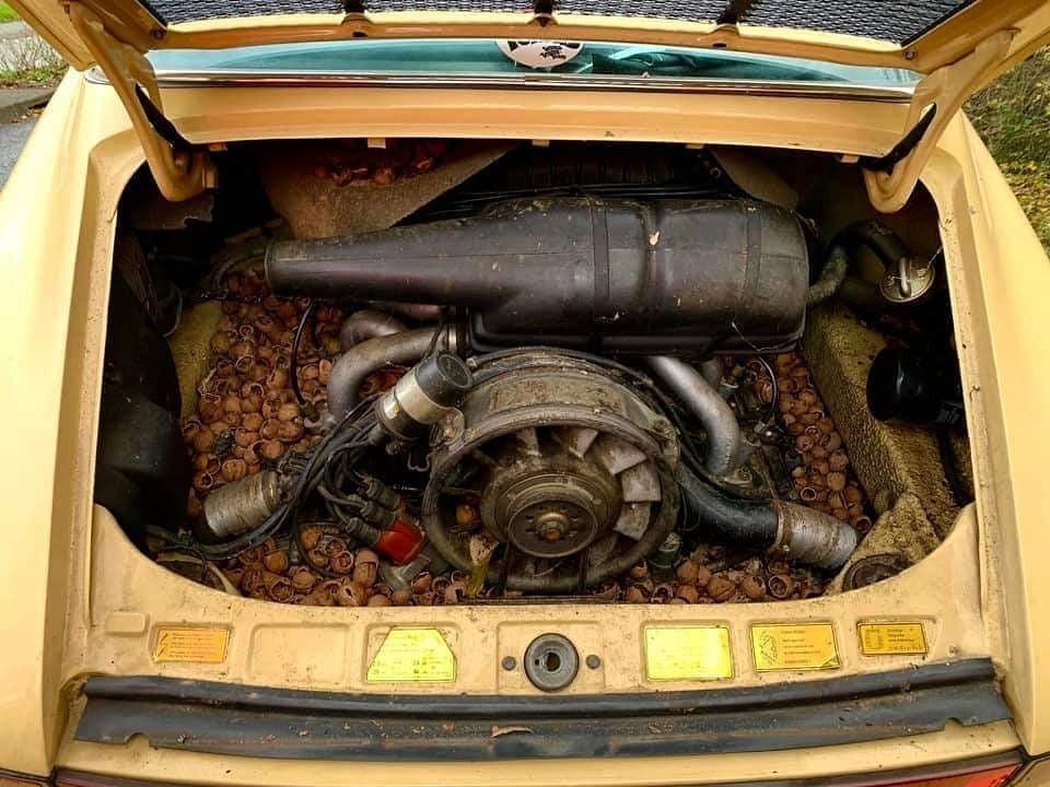 Động cơ xe là một loại 6 xi-lanh phẳng dung tích 2.7 lít