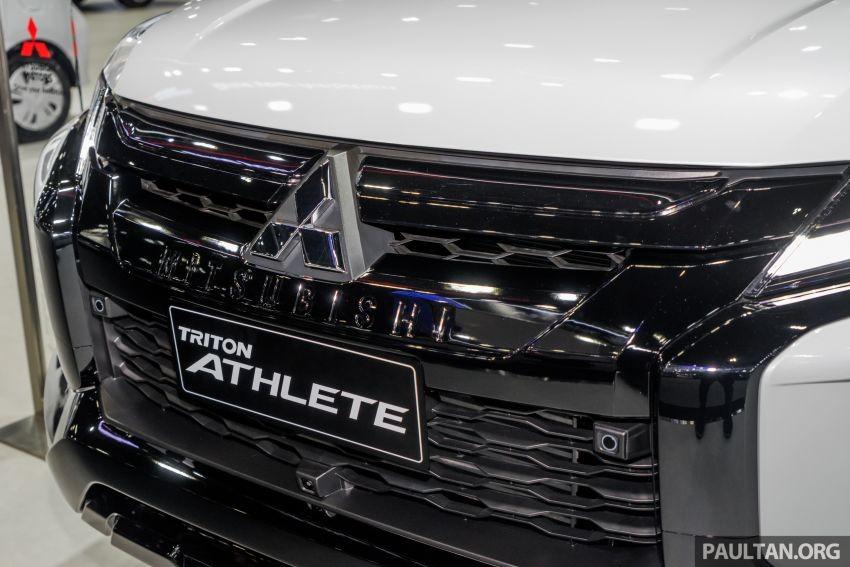 Chữ Mitsubishi dập chìm dưới logo nhà sản xuất
