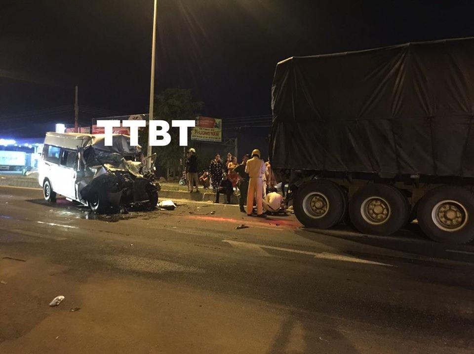 Hiện trường vụ tai nạn giữa ô tô khách 16 chỗ và xe tải