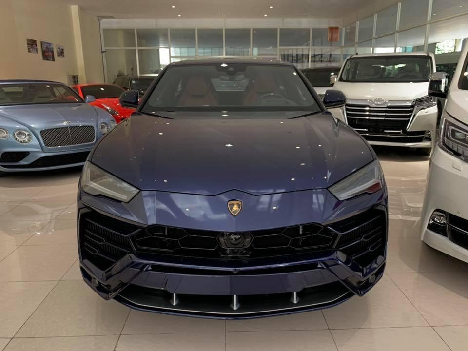 Siêu SUV Lamborghini Urus màu xanh Blu Astraeus tuyệt đẹp mới về showroom ở Campuchia
