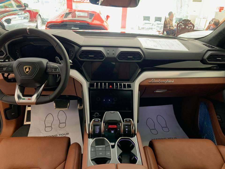 Bức ảnh nội thất của Lamborghini Urus để lộ ảnh siêu xe Lamborghini Huracan EVO 2020 ở Campuchia