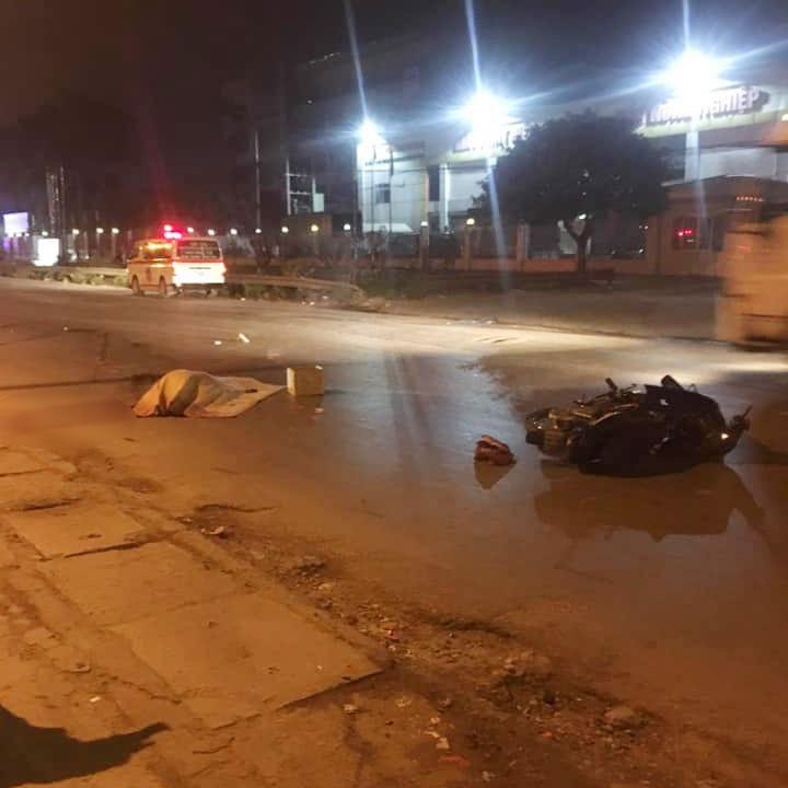 Hiện trường vụ tai nạn giữa xe máy và xe container