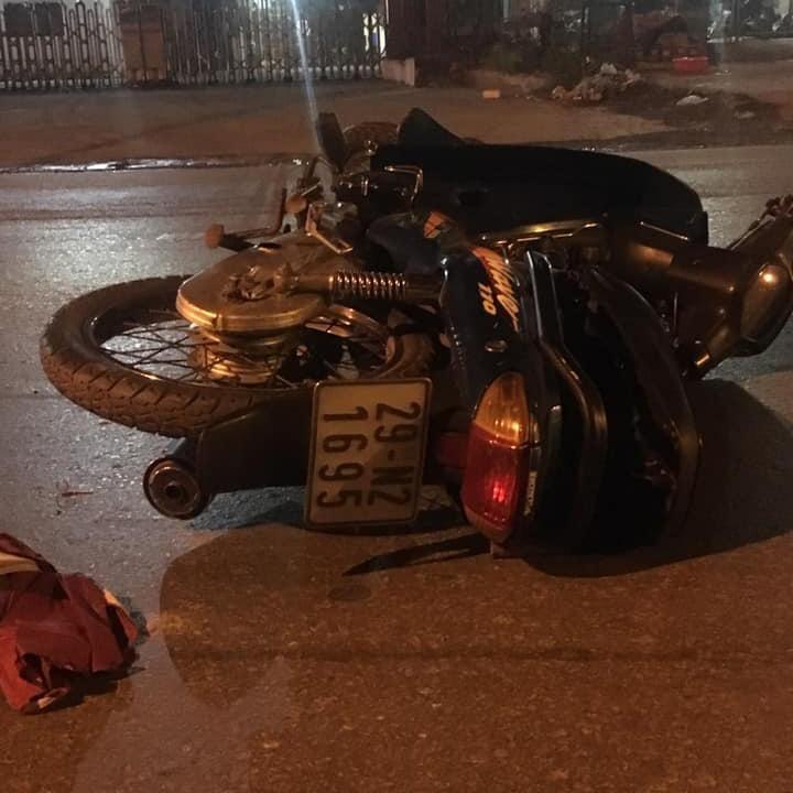 Xe máy của nạn nhân nằm đổ tại hiện trường