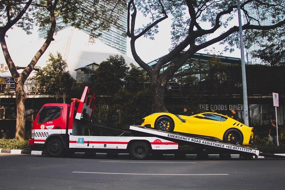 Siêu xe Ferrari F12tdf ở Indonesia nằm trên xe chuyên dụng