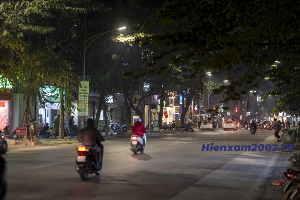 Trong suốt thời gian diễn ra trận đấu giữa U22 Việt Nam và U22 Thái Lan, đường phố Hà Nội trở nên vắng vẻ khác hẳn ngày thường.