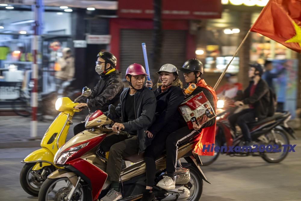 Hiện tượng vi phạm luật giao thông liên tục xuất hiện khi các cổ động viên đèo 3, đèo 4, hoặc không đội mũ bảo hiểm.a