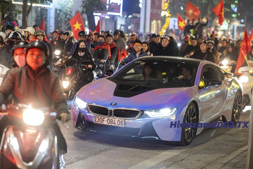 Chiếc siêu xe yêu thích một thời BMW i8 cũng xuống đường cổ vũ.
