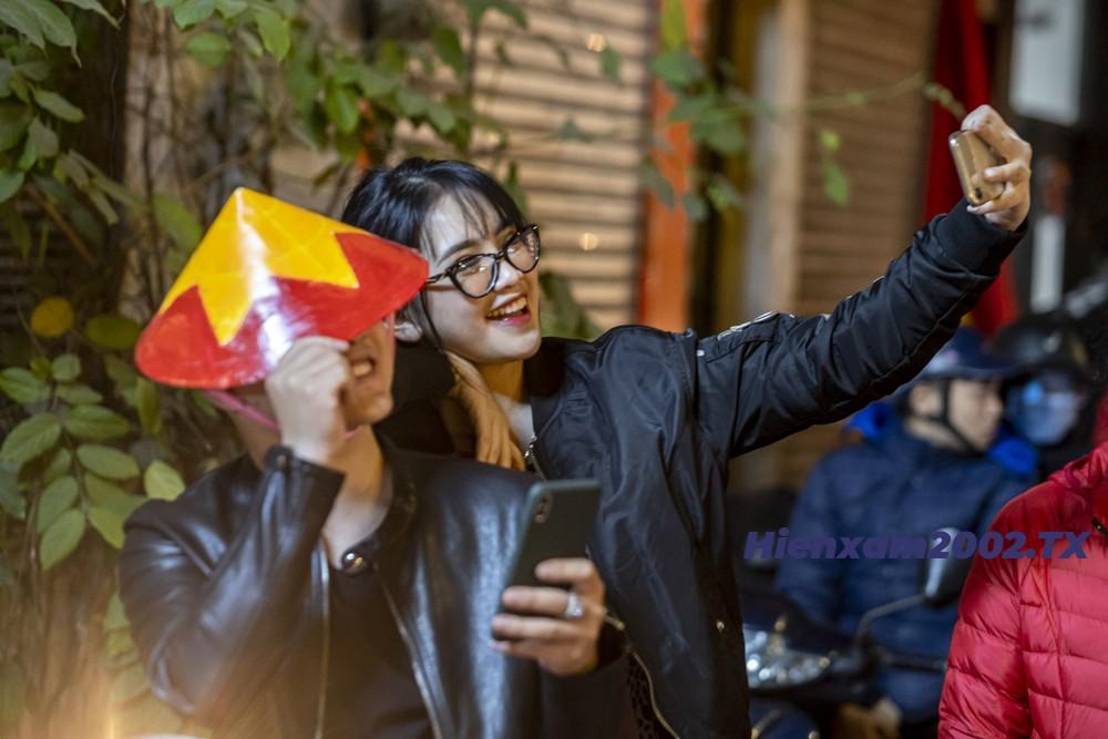 Cặp đôi tranh thủ selfie ghi lại khoảnh khắc lịch sử cùng U22 Việt Nam.