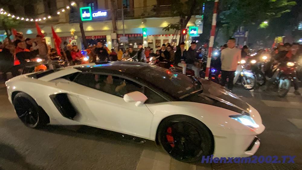 Lamborghini Aventador còn biểu diễn nẹt bô khạc lửa ăn mừng chiến thắng.