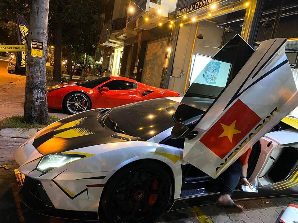 Siêu xe Lamborghini Aventador LP700-4 được trang trí thêm cờ Việt Nam bên cửa tài