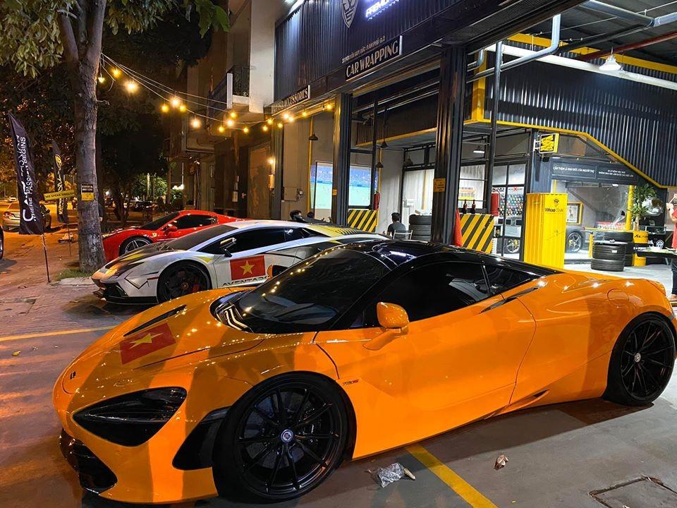 Siêu xe McLaren 720S màu cam của Cường Đô-la cũng xuất hiện. Chiếc xe này được dán cờ Việt Nam trên nắp capô