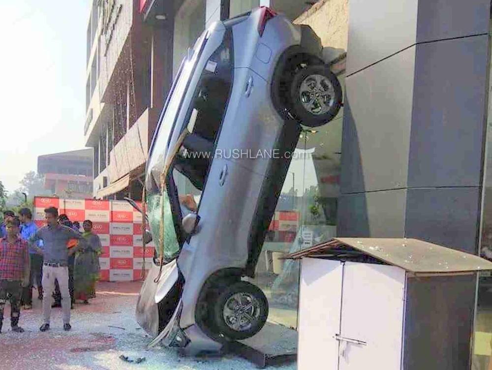 Chiếc Kia Seltos 2020 cắm đầu xuống đất