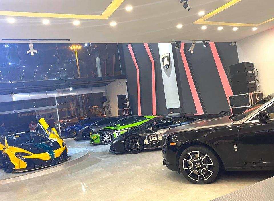 Bộ 3 siêu xe Lamborghini Huracan LP610-4 đọ dáng cùng nhau. Xếp hàng trên cùng màu xanh là Audi R8 V10 Plus. Siêu xe tung cánh màu vàng là McLaren 650S Spider độ Liberty Walk và cuối cùng là Rolls-Royce Ghost