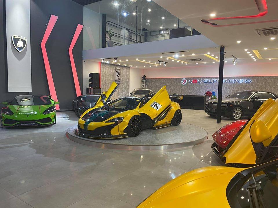 Nhân vật của showroom siêu xe sắp khai trương này là McLaren 650S Spider độ Liberty Walk. Xe được đặt trên bục xoay tròn