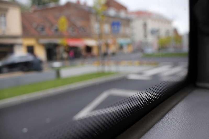 Họa tiết những chấm nhỏ và đường viền màu đen thế này rất phổ biến trên cửa kính xe ô tô