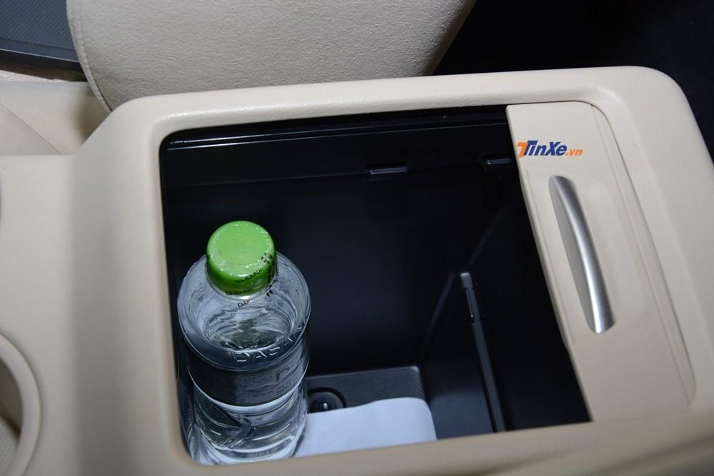 Xe có tới 16 vị trí đặt chai nước, phân bổ cho cả 3 hàng ghế