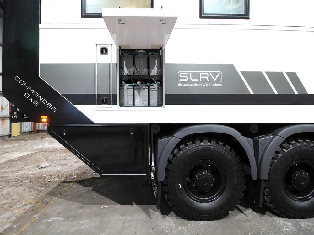 Xe có hệ thống cung cấp điện riêng biệt và dung tích 1.000 lít cho nhiên liệu và nước