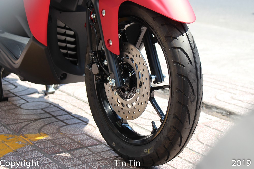 The Yamaha Lexi 125 comes to Vietnam with ABS anti-lock braking system for front wheels. Rear wheels use drum brakes
