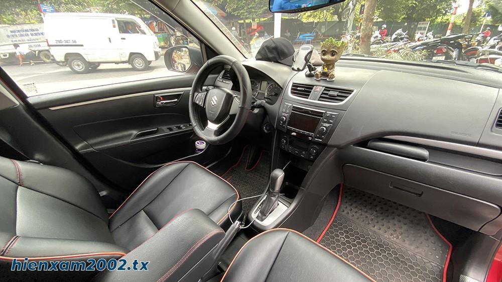 Một chiếc xe Suzuki Swift đời 2015 trông khó nghèo nàn về tiện nghi bên trong.