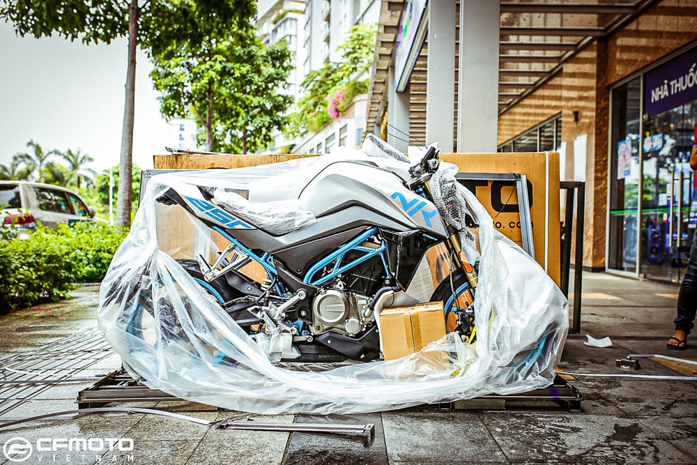 CF Moto 250 NK was battered in Ho Chi Minh City
