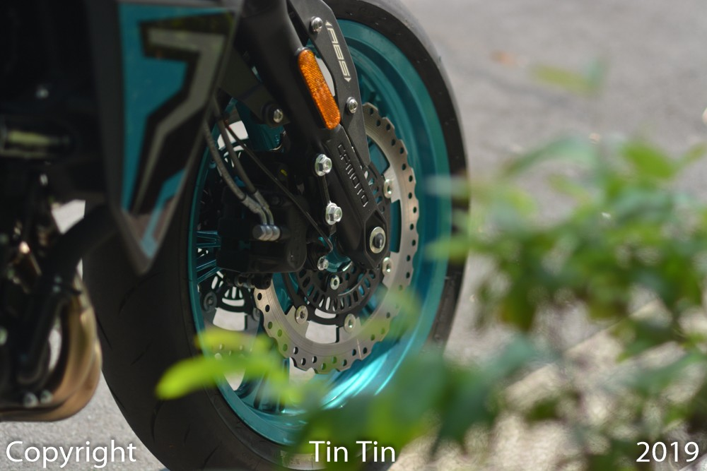 To curb the engine block of 400 cubic centimeters of its naked bike, the Chinese motorcycle maker equipped the CFMoto 400NK with dual disc brakes at the front with size of 300 mm.