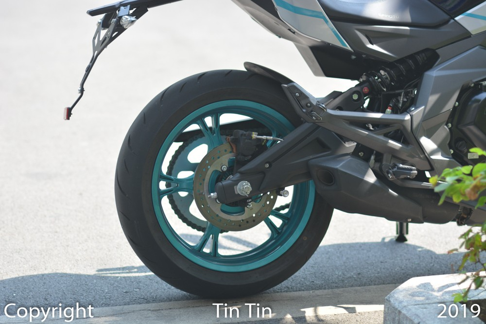 And the single-disc brake for the rear wheel measures 220 mm