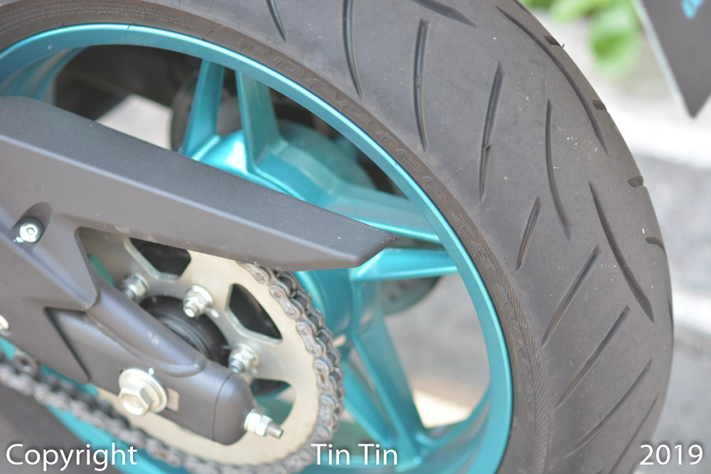 The CFMoto 650NK uses a beautiful 17-inch turquoise paint wheel, wrapped in a set of 120/70 front tires and 160/60 rear.