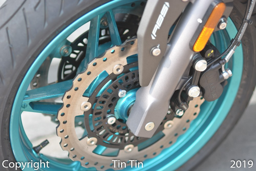 To curb the 650 cc engine block for its naked bike, the Chinese motorcycle maker equipped the CFMoto 650NK with dual disc brakes at the front with size of 300 mm and single disc brakes for the rear wheel with size of 220 mm. Vehicles with ABS anti-lock braking system.