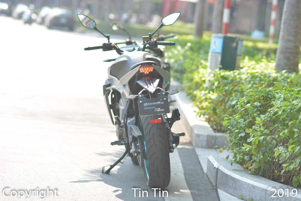 Looking at the exterior appearance of the CFMoto 650NK we can see the car design is similar to the KTM Duke. This is no surprise because the Chinese naked bike model was developed by the Kiska Design team and they have worked with KTM.