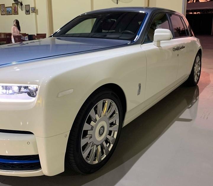 So với Rolls-Royce Phantom thế hệ thứ 7, mẫu xe siêu sang Rolls-Royce Phantom thế hệ thứ 8 vẫn giữ dáng thiết kế đặc trưng của dòng xe Rolls-Royce nhưng được trang bị đôi mắt mới sắc sảo hơn và ứng dụng công nghệ hiện đại như đèn pha Laser kết hợp cùng dải đèn LED chiếu sáng ban ngày. Biểu tượng thiếu phụ bay Spirit of Ecstasy nổi tiếng nằm cao hơn gần 12 mm trên nắp capô.