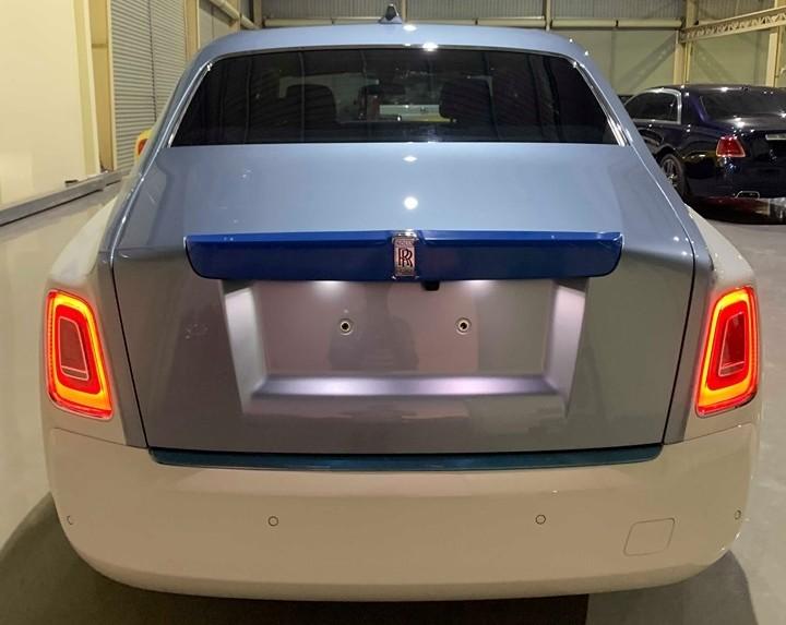 Đèn hậu LED của Rolls-Royce Phantom thế hệ thứ 8 cũng được thiết kế mới giúp người nhìn dễ dàng nhận ra đâu là sự khác biệt giữa Rolls-Royce Phantom đời mới và Rolls-Royce Phantom thế hệ thứ 7