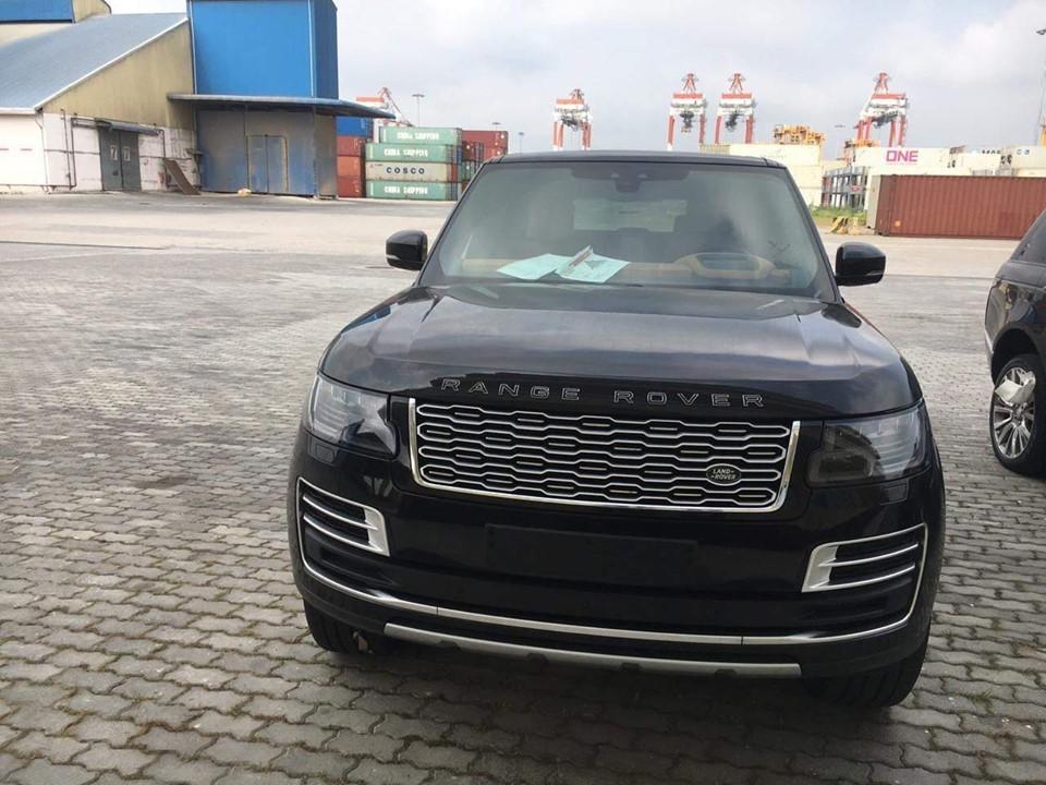 SUV hạng sang Range Rover SVAutobiography đời 2019 của đội Bình Phước mới tậu chính là phiên bản sang và đắt đỏ nhất của hãng xe LandRover tại thị trường Việt Nam.