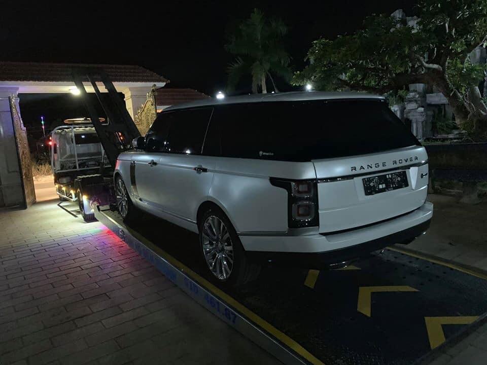 Có vẻ như màu trắng nhám hợp với phong thuỷ của chủ xe nên khi chiếc Range Rover SVAutobiography đời 2019 từ cảng về đã được chở sang một nơi chuyên làm đẹp cho các siêu xe và xe sang để dán đổi màu sang trắng nhám trước khi bàn giao cho chủ xe ở Bình Phước