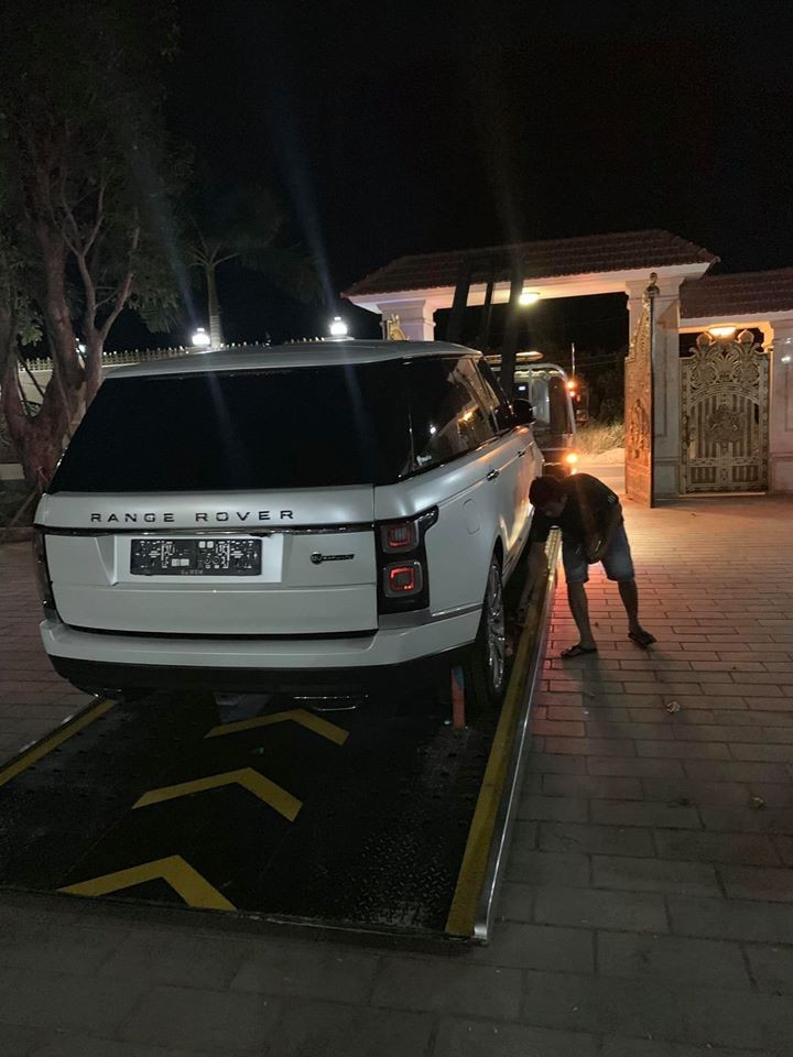 Mới đây, một người chuyên nhập khẩu các dòng siêu xe và SUV hạng sang về Việt Nam đã đăng tải hình ảnh một chiếc Range Rover SVAutobiography đời 2019 được vận chuyển bằng xe chuyên dụng về tỉnh Bình Phước để bàn giao cho chủ nhân trước năm Canh Tý 2020. Nhiều khả năng là việc bàn giao xe diễn ra vào tối hôm qua, ngày 31 tháng 12 năm 2019.
