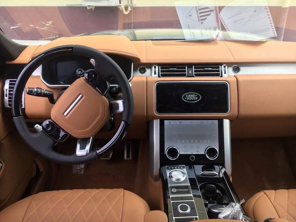 Bên trong khoang lái của Range Rover SVAutobiography 2019 còn có các trang bị nổi bật như hệ thống giải trí InControl Touch Pro Duo sử dụng 2 màn hình cảm ứng 10 inch trên bảng điều khiển trung tâm. Hàng ghế sau có thêm 2 màn hình giải trí, đồng hồ Zenith, bàn làm việc và hộc đựng đồ lớn khá tiện ích.