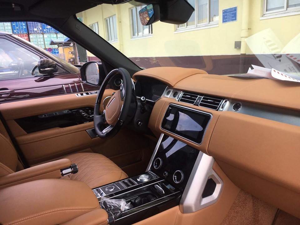 Range Rover SVAutobiography 2019 không chỉ là chiếc xe đắt nhất, nội thất xa hoa mà còn sở hữu khối động cơ khủng. Xe được trang bị trái tim V8, dung tích 5.0 lít, siêu nạp sản sinh ra công suất tối đa 565 mã lực và mô-men xoắn cực đại 700 Nm.