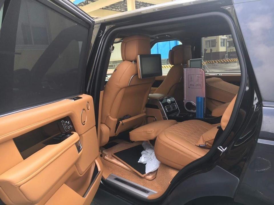 Thuộc phiên bản bốn chỗ ngồi, vì thế, chiếc SUV hạng sang Range Rover SVAutobiography 2019 của doanh nhân Bình Phước mới mua có hàng ghế sau độc lập, thương gia với bệ đỡ chân kèm chức năng sưởi và điều chỉnh 22 hướng khác nhau.
