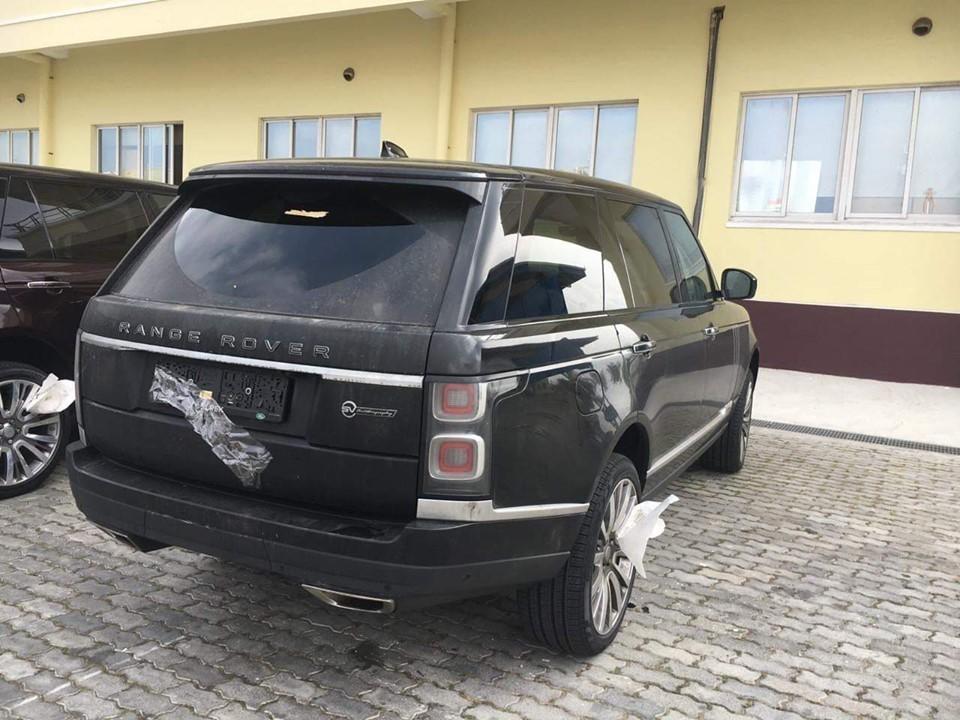Ngoại hình của Range Rover SVAutobiography 2019 so với các phiên bản Range Rover đời 2018 đang có mặt tại Việt Nam có sự khác biệt ở logo SVAutobiography phía đuôi xe, ở giữa hai cửa xe là logo Special Vehicle. Mỗi chiếc xe có thêm cặp ly khắc dòng chữ SVAutobiography.