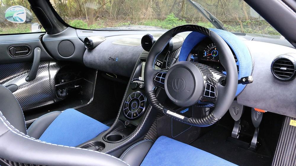 Nội thất bên trong chiếc Koenigsegg One:1 với vô lăng bên phải