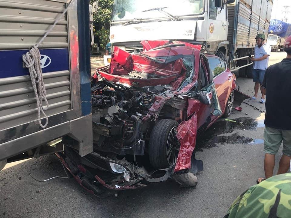 Chiếc xe đón dâu bị hư hỏng nặng nhất sau vụ tai nạn liên hoàn