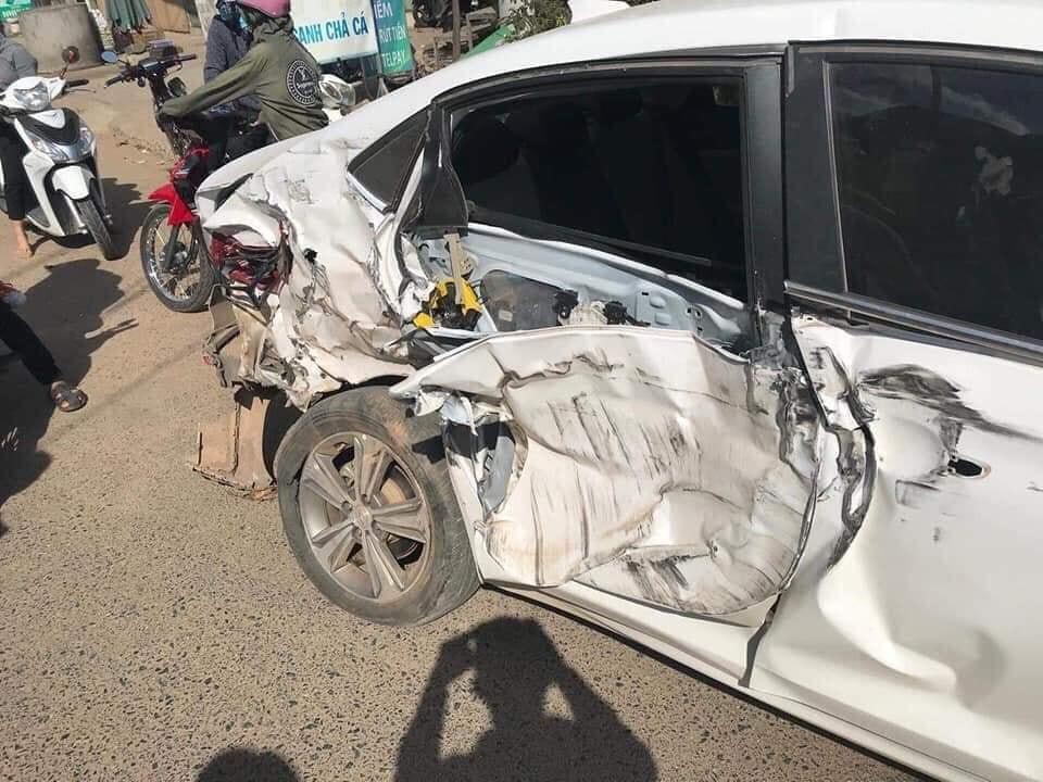 Chiếc ô tô con màu trắng bị hư hỏng bên sườn và gãy trục sau
