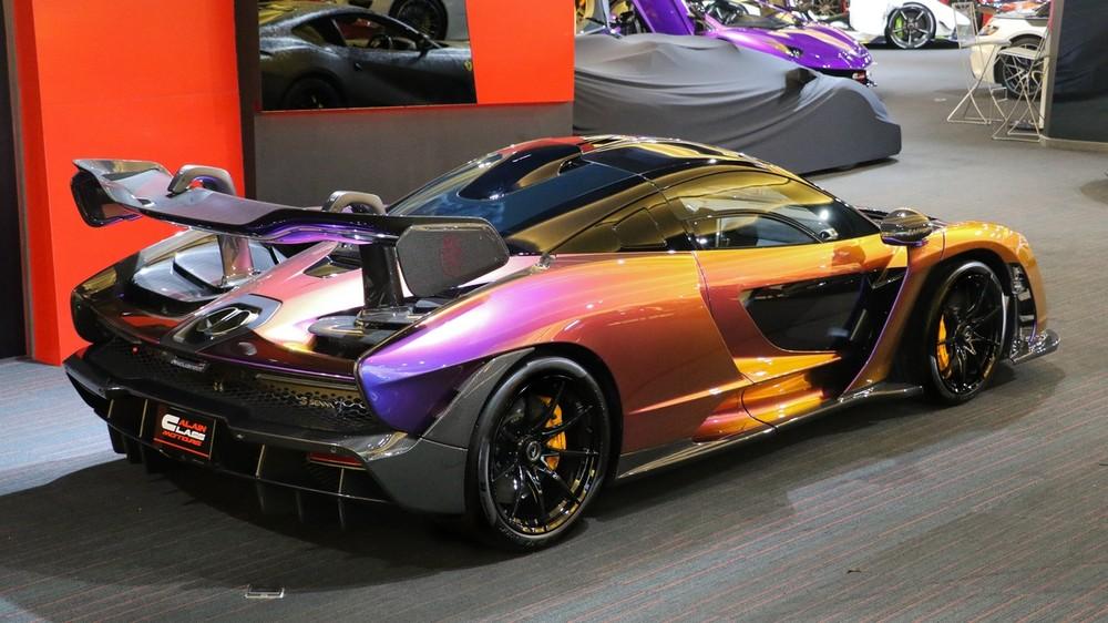Chuyển đổi góc nhìn ta thấy chiếc siêu xe McLaren Senna đang được đại lý Al Ain Class Motors rao bán có màu sắc khác.