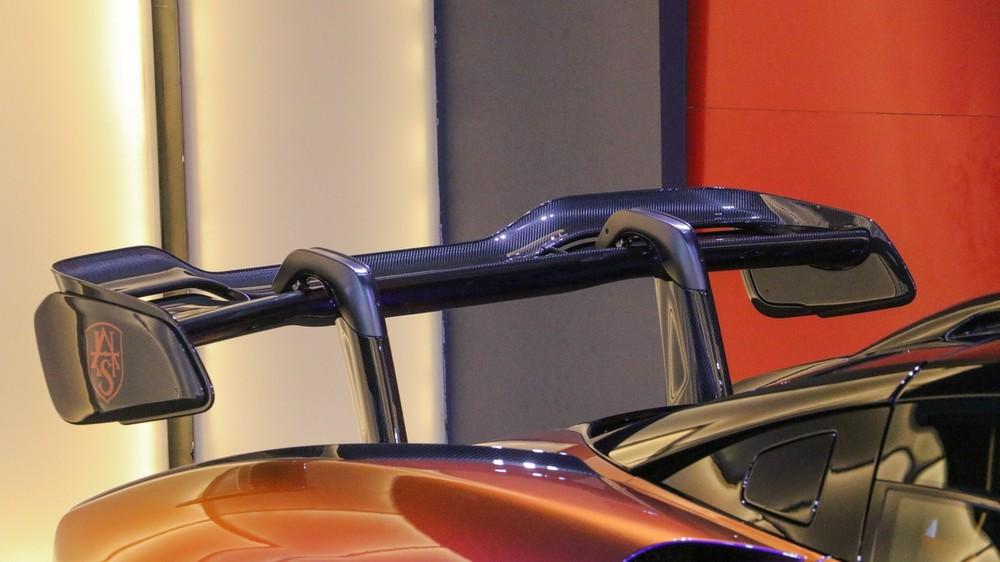 Cánh gió đuôi phía sau của siêu xe McLaren Senna mang màu Cerberus Pearl