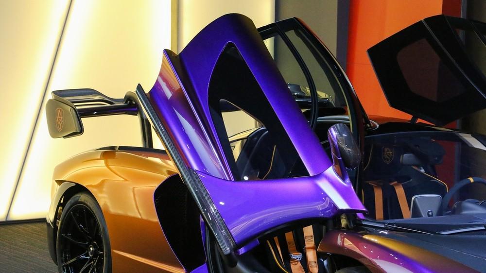 Chắc ít người biết đến là hãng siêu xe Anh quốc còn cho phép các khách hàng tuỳ chọn một phần cửa xe của McLaren Senna làm bằng kính trong suốt.
