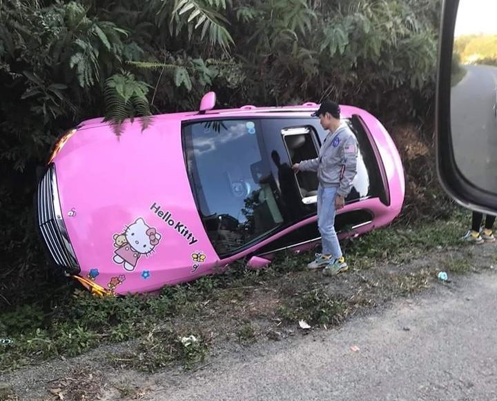 Tài xế xe Mercedes-Benz C200 phải thoát ra bên ngoài bằng cửa sổ trời
