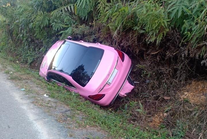 Du xuân đầu năm mới, Mercedes-Benz C200 Hello Kitty lao xuống rãnh bên đường đèo