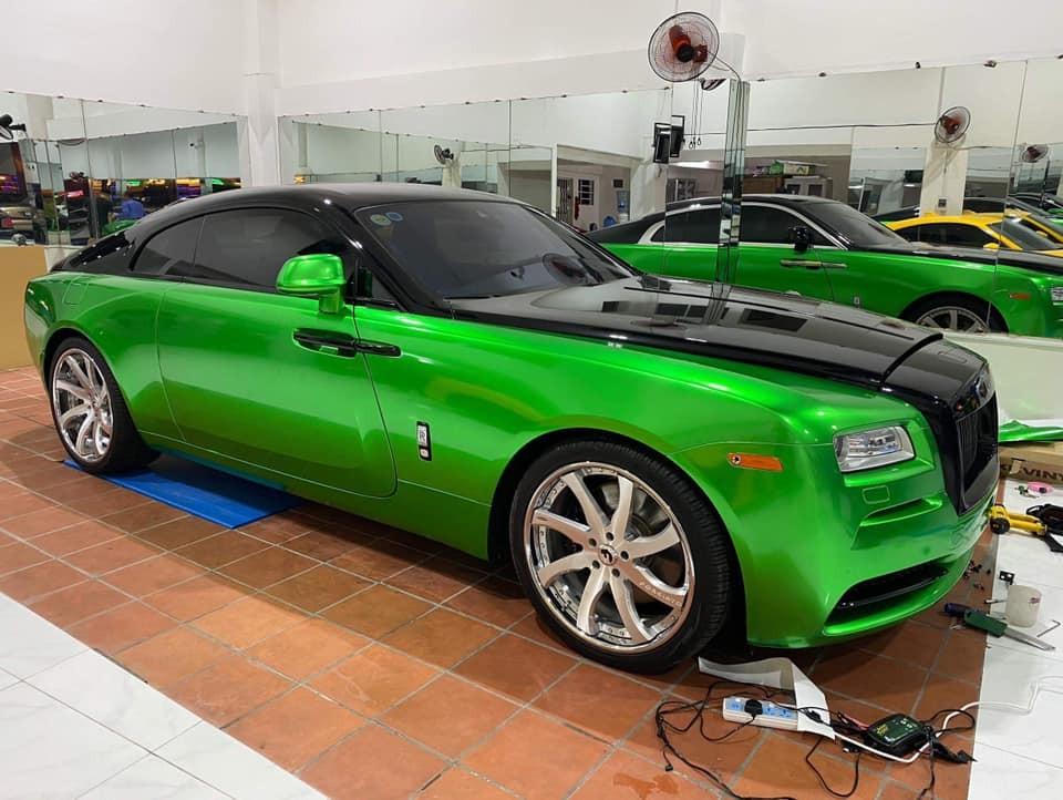 Hiện đây là chiếc Rolls-Royce Wraith mang màu đen và xanh lá đậm độc nhất Việt Nam