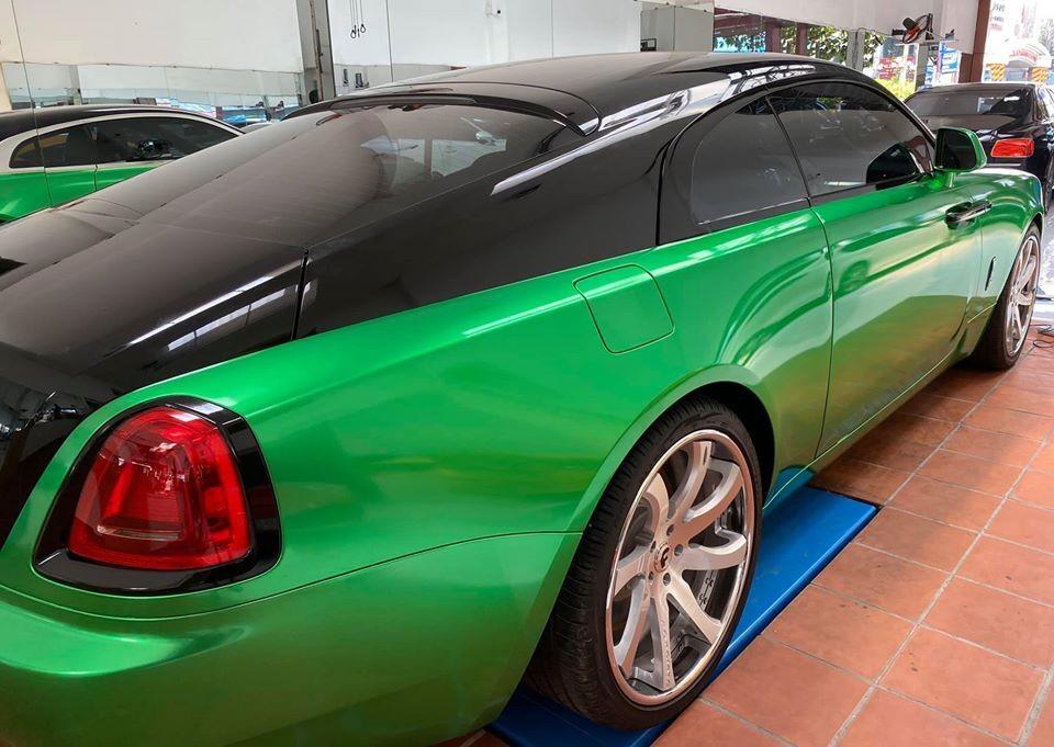 Nửa thân trên là màu đen nguyên bản của xe và nửa thân dưới là xanh lá đậm