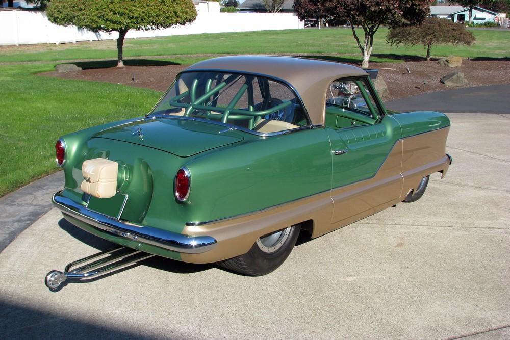 Phía sau của chiếc Nash Metropolitan 1961 độ động cơ dung tích 8.8 lít